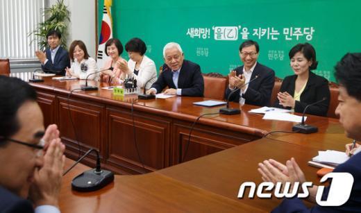 [사진]박수치는 김한길 대표와 민주 초선의원들