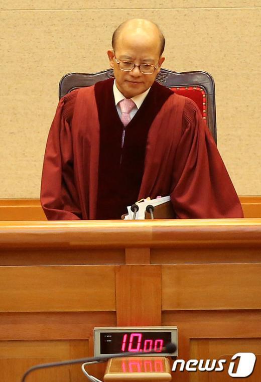 [사진]대심판정 들어서는 박한철 헌재소장