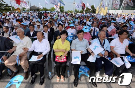 [사진]한반도기 흔드는 참석자들