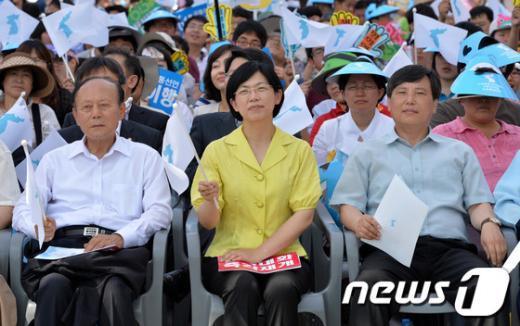 [사진]한반도기 흔드는 주요참석자들