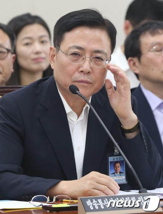 [사진]질의 듣는 박만 방심위 위원장