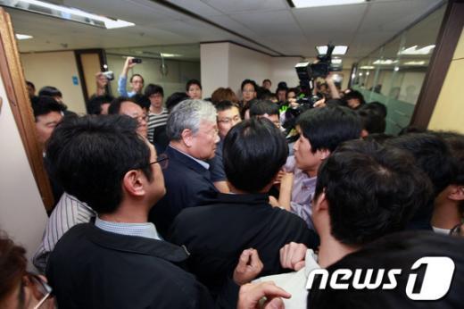 한국일보 기자들이 지난 5월 21일 인사위원회에 입장하려는 장재구 회장을 막아서며 사측과 대치하고 있다. (언론노조 제공) /뉴스1  News1
