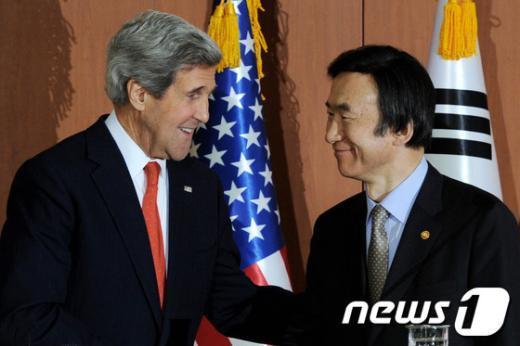 윤병세 외교부 장관(오른쪽)과 존 케리 미국 국무장관(왼쪽) 2013.4.12/뉴스1  News1 안은나 기자