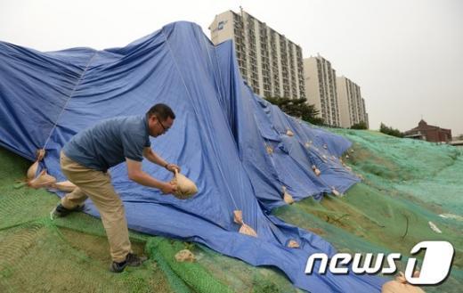 [사진]장마대비 방수포 설치