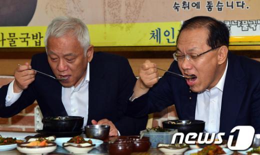 [사진]콩나물 국밥 먹는 황우여-김한길