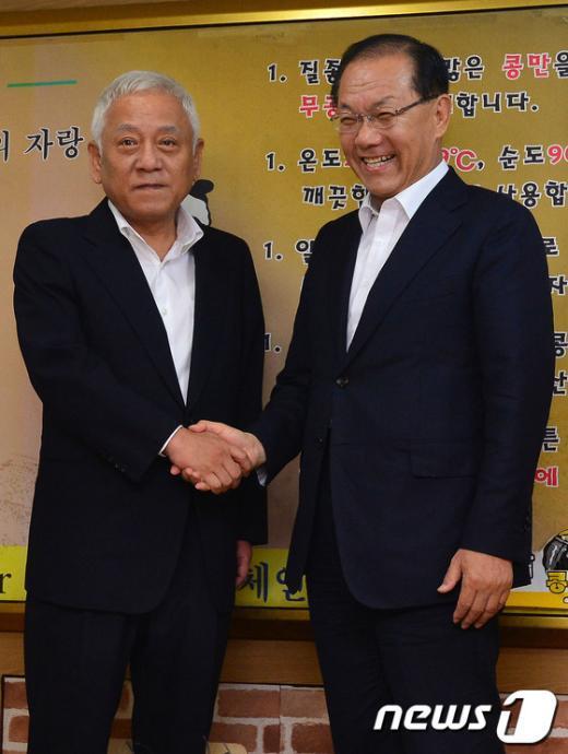 [사진]악수하는 황우여-김한길