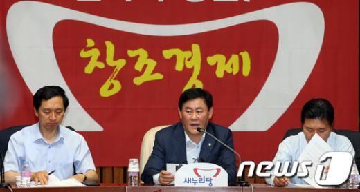 """[사진]최경환 """"민주당, """"제보에 따르면""""식 무책임한 공세"""""""