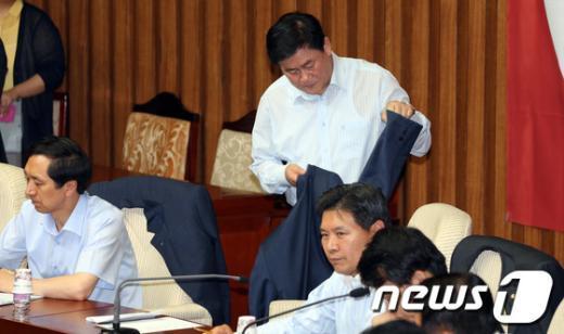 [사진]양복 상의 벗는 최경환