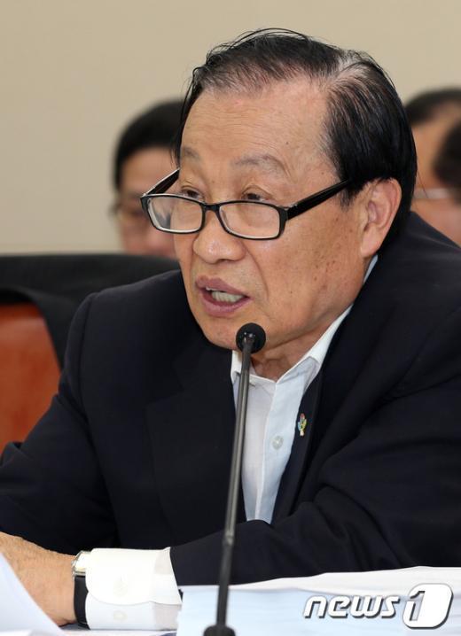 [사진]이경재 위원장, 국회 미방위 전체회의 참석