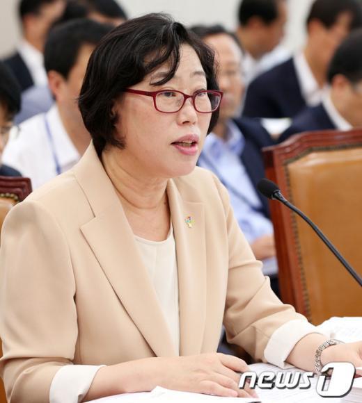 [사진]질의에 답하는 윤진숙 장관