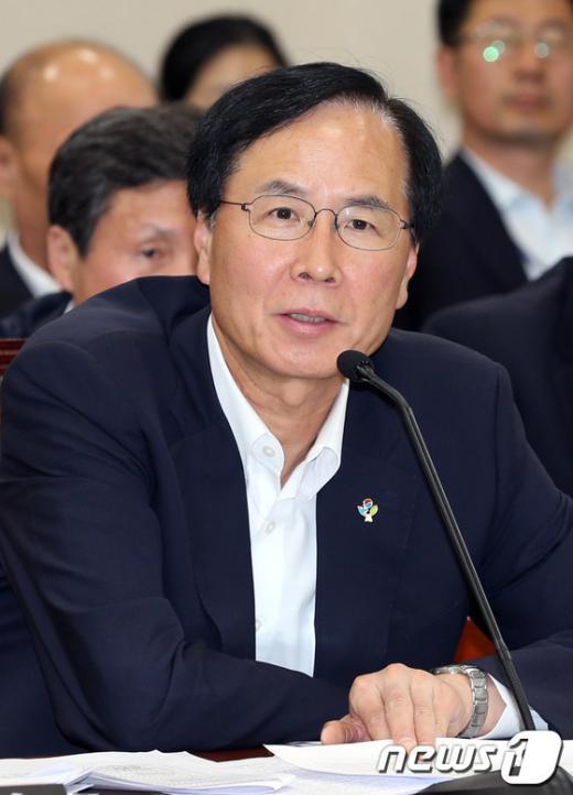 [사진]답변하는 노대래 위원장