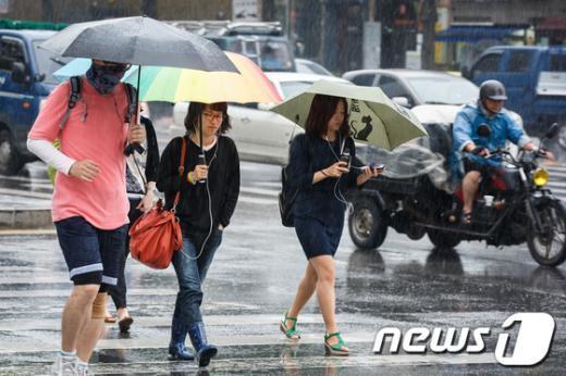 """[사진]""""장마 시작"""" 우산 쓴 출근길"""