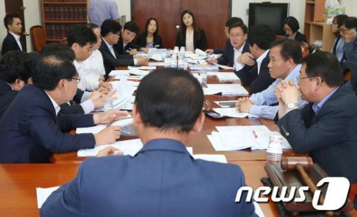 [사진]논의하는 안행위 법안심사소위 의원들