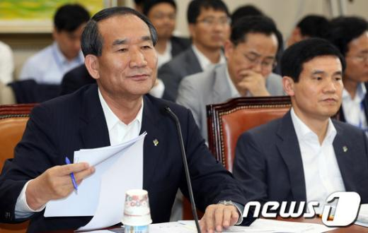 [사진]박승춘 국가보훈처장, 국회 정무위 전체회의 참석