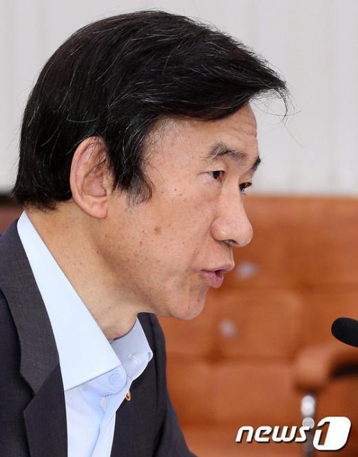 [사진]외통위 답변하는 윤병세 장관
