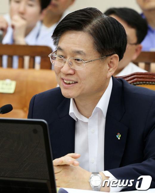 [사진]웃음짓는 김덕중 국세청장