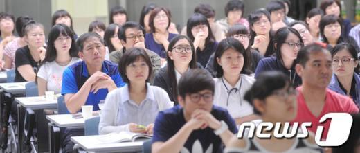 [사진]진지한 표정의 학부모와 자녀들