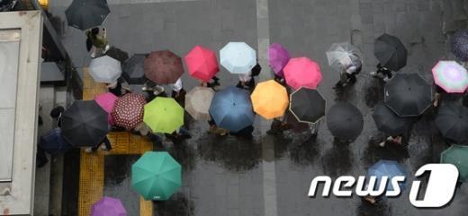 [사진]장맛비 속 퇴근길 형형색색 우산