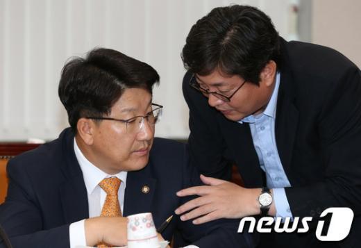 권성동 새누리당 의원(왼쪽), 이춘석 민주당 의원(오른쪽). 2012.9.12/뉴스1  News1 양동욱 기자