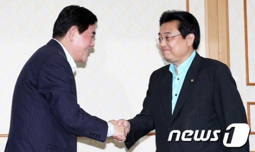[사진]손 잡은 여야 원내대표