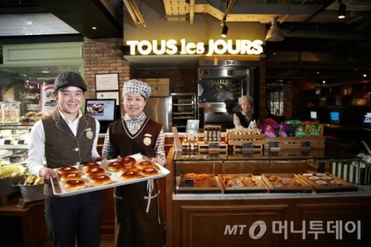 CJ푸드빌 계열 제빵 프랜차이즈인 뚜레쥬르는 중국 현지기업에 로열티를 받고 브랜드 사용권을 내주는 '마스터 프랜차이즈' 방식으로 현지 매장수를 더욱 늘릴 방침이다. 사진은 베이징 리두에 있는 뚜레쥬르 매장 모습. /사진=CJ푸드빌.