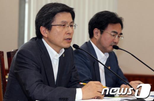 [사진]법사위 전체회의 참석한 황교안 장관