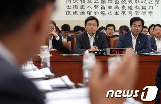 [사진]국정원 수사 관련 질의 듣는 황교안 장관