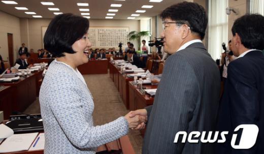 [사진]손잡은 박영선 위원장과 권성동 간사