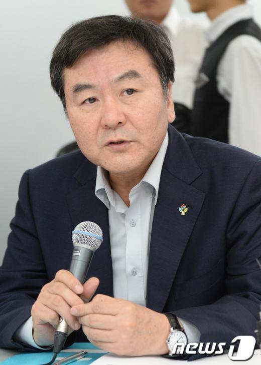 [사진]인사말하는 신제윤 위원장