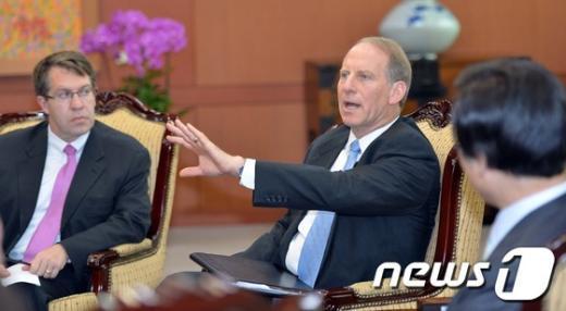 [사진]외교현안 이야기하는 하스 회장