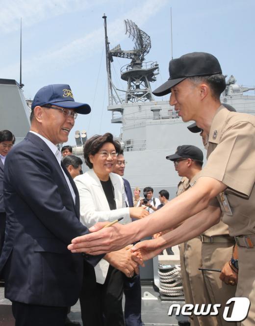 [사진]해군1함대사령부 방문한 황우여 대표