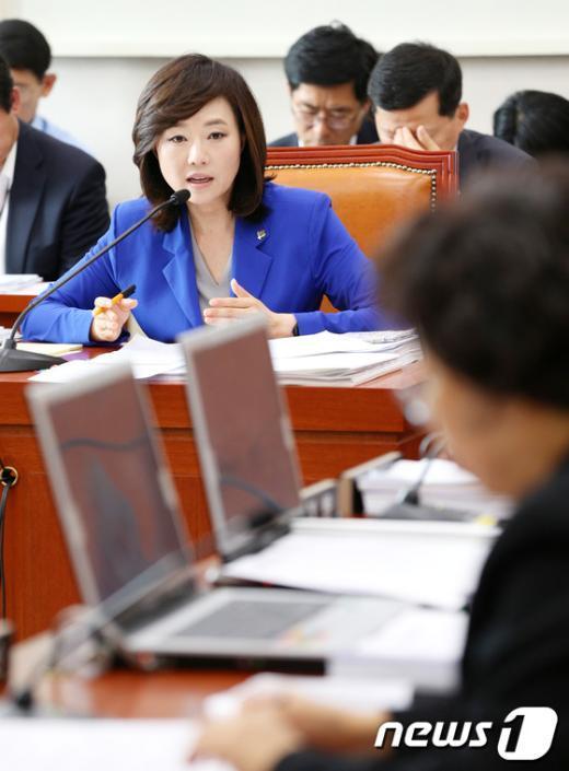 [사진]여성가족위 답변하는 조윤선 장관
