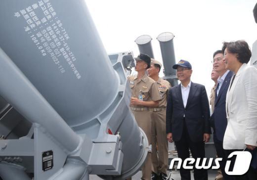 [사진]PKG고속함 유도탄 보는 황우여 대표