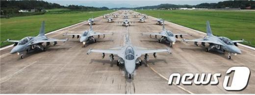 공군 제16전투비행단 소속 TA-50 항공기 20여대가 공대지 무장을 장착하고 활주로를 이동하고 있다.  News1