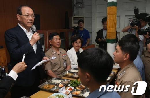[사진]황우여 대표, 해군 장병 격려