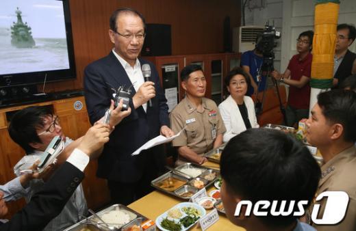 [사진]광개토대왕함 장병 격려하는 황우여 대표