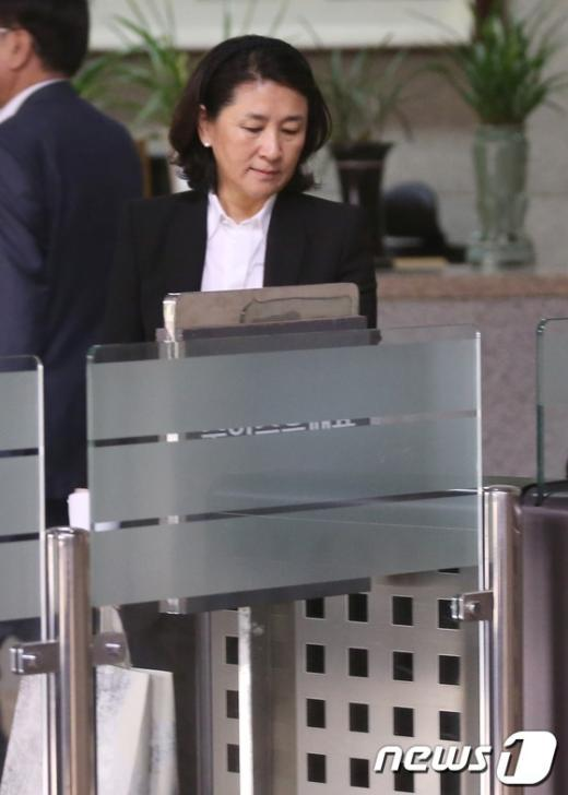 [사진]검찰 들어서는 홍송원 서미갤러리 대표
