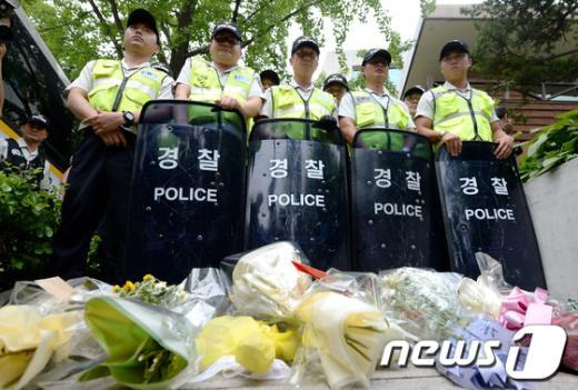 [사진]경찰앞에 놓인 꽃다발과 성명서