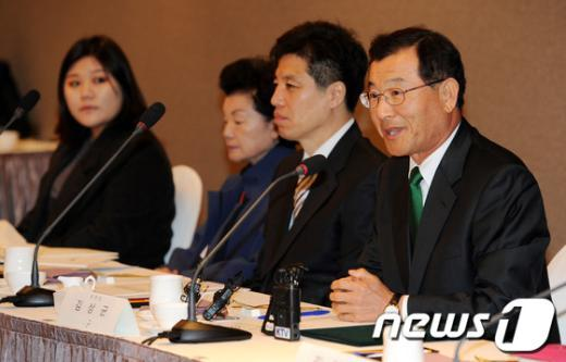 지난 3월 20일 서울 프라자호텔에서 열린 2013년 제1차 국민행복연금위원회 회의에 참석한 김상균 위원장(오른쪽)이 모두발언을 하고 있다. /뉴스1  News1 박세연 기자