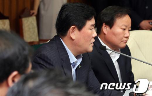 [사진]모두발언하는 최경환 원내대표