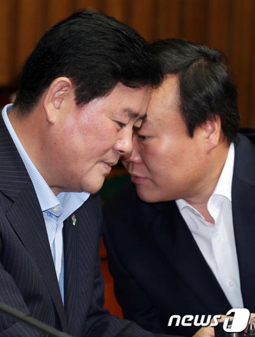 [사진]머리 맞댄 최경환-김재원