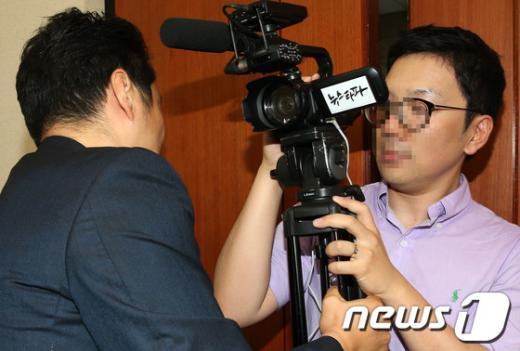 """[사진]쫓겨나는 """"뉴스타파"""" 취재진"""