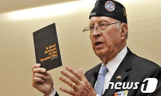 [사진]한국전쟁 요약본 들어보이는 전우회장