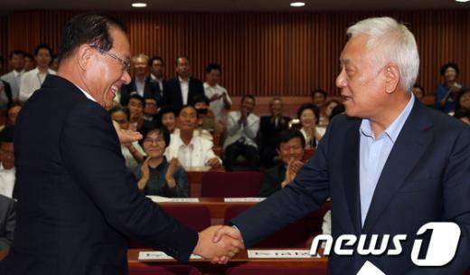 """[사진]""""국정원-NLL 공방"""" 속 만난 여야 대표"""