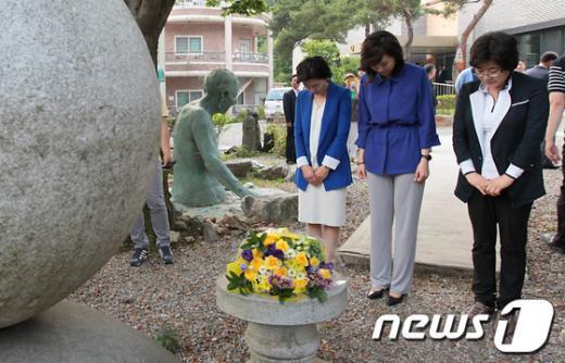 [사진]위안부 할머니 추모하는 조윤선 장관