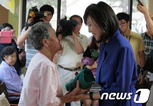 [사진]위안부 할머니 손 잡은 조윤선 장관