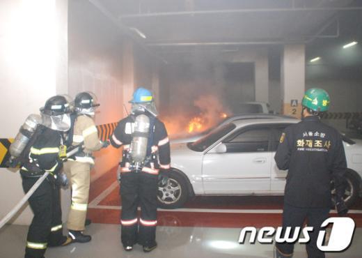 [사진]지하주차장 화재 진압하는 소방대원
