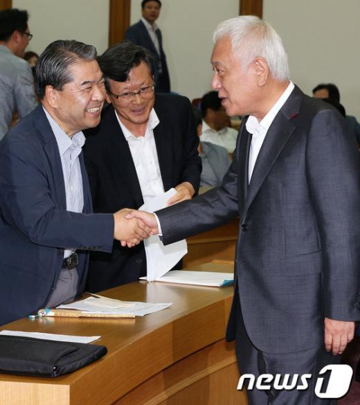 [사진]악수하는 김한길-이재정
