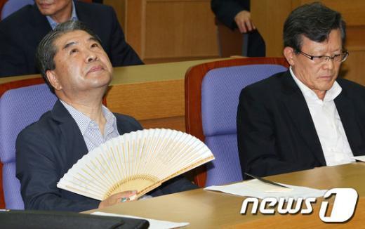 [사진]허공 바라보는 이재정 전 장관