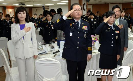 [사진]국민의례하는 참석자들